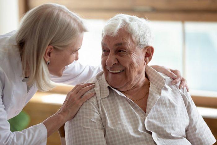 una badante convivente vitto e alloggio presta assistenza ad un anziano signore