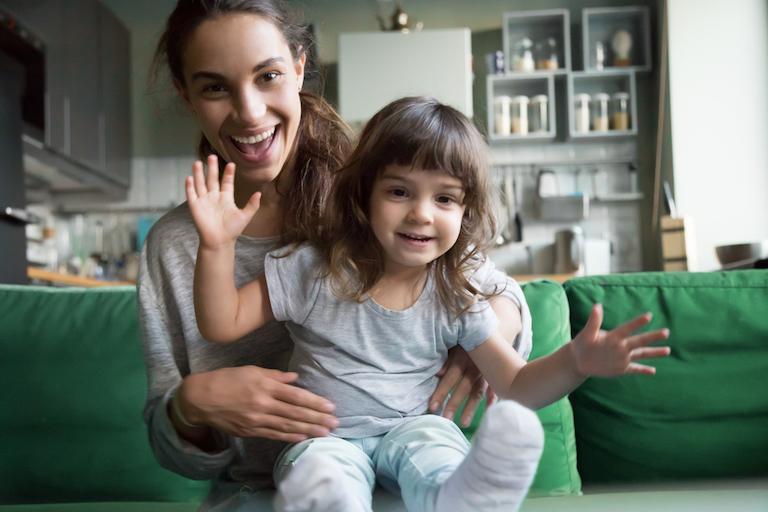 Bambina e babysitter: le famiglie possono avvalersi del bonus babysitter Inps per i servizi di baby-sitting resi dal 1 gennaio al 30 giugno 2021